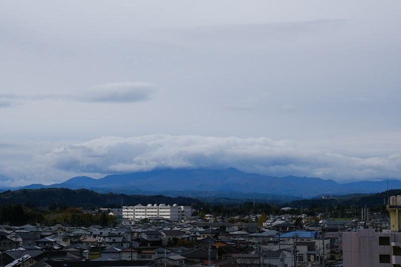 屋上から見た栗駒山